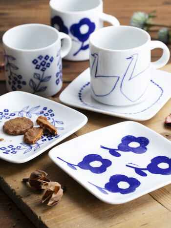 岡山県のインテリアメーカー「AXCIS,INC.(アクシス)」で、デザイナーとして活躍するgohara mamikoさんがデザインするマグカップ。白い陶器に青で描かれた白鳥は、見ているだけで心がスッと落ち着きます。