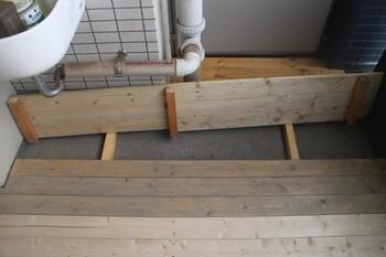 憧れのウッドデッキ、手間もお金もかかりそう…と思うかもしれませんが、ホームセンターにある材料で簡単にできちゃうんです!木の板に脚を5本、釘と両面テープで取り付けます。角や配管、避難ハッチなどを避けながら敷き詰め、仕上げに色を塗りましょう。