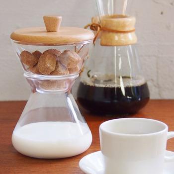 こちらは、さきほど紹介したケメックスのコーヒーメーカーと同じデザインのクリーマー&シュガーセット。 やわらかい色合いの木の蓋が、ナチュラルでかわいらしい印象ですね。 上下に分かれる仕様で、上にはコーヒーシュガーや砂糖、下にはミルクを入れておくことができます。 ひとりの時間を満喫したいときはもちろん、遊びに来てくれた友人へのおもてなしにも◎