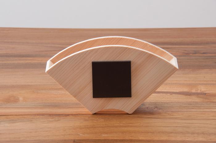 また、裏側にはマグネットがついており、冷蔵庫やキャビネットなど、使い勝手のよい場所に貼り付けておくことができるのも嬉しいポイント。台形型と円錐型、どちらの形のフィルターにも対応しています。