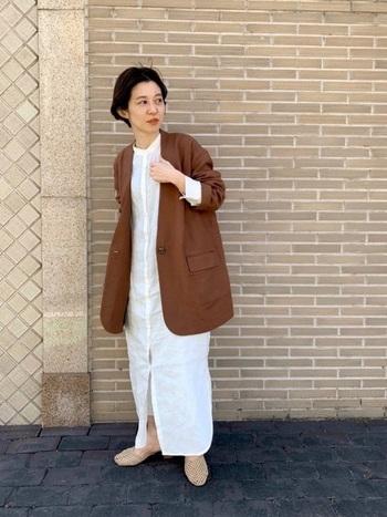 落ち着きのあるブラウンカラーは大人のこなれ感があります。パンツスタイルになりがちなジャケットですが、ワンピやスカートと合わせてもオシャレです。オーバーサイズは袖口をロールアップさせるとスッキリしたコーデに仕上がります。