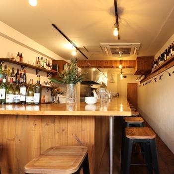 カウンター12席。実店舗は白壁に木の温かみが居心地よさそうなインテリア。くつろぎながら、ビストロ料理を堪能したいですね。