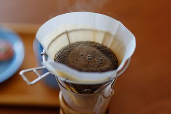 ケメックスのコーヒーメーカーにピッタリなのが、マウントフジドリッパーです。こちらのドリッパ―はワイヤーで作られていて通気性がよく、「湯だまり」ができにくいという特徴があります。美味しいコーヒーを抽出する際に大切な「蒸らし」を簡単に素早く行える構造なので、初心者の方でも挑戦しやすいドリッパーといえるでしょう。