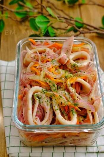 刺身用のいかを使って、簡単に作り置きできるデリ風マリネ。一晩置くと、味がよりしみ込んでおいしくなります。ホームパーティーやおもてなしの前菜などにもぴったりですね。