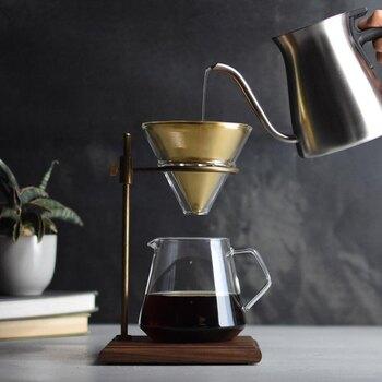 重厚感のあるウォールナットの木台と真鍮の組み合わせのブリューワースタンドは、使い込むことで味わいが増すアイテムです。 抽出の際は、金属製のフィルターに直接、コーヒーの粉を入れてドリップします。 木台はコーティングされているので、コーヒーをうっかりこぼしてしまっても安心。