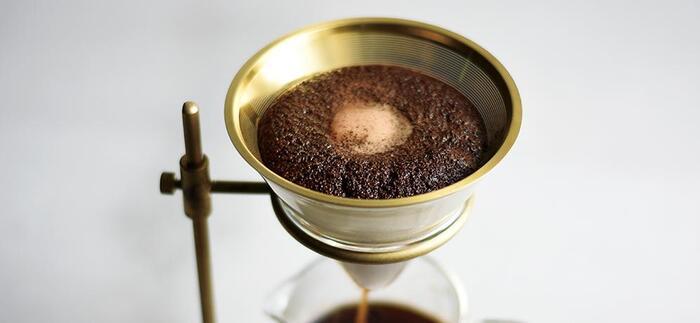 金属フィルターで淹れたコーヒーの中には、コーヒーの微粉や油分が多く残ります。そのため、ペーパーフィルターと比べて、コクの深い、奥行きのある味わいが楽しめるのが特徴。 豆本来の味わいを堪能したい方や、ミルクの風味に負けない濃厚で力強いコーヒーを淹れたい方にもおすすめです。 金属フィルターは洗って繰り返し使えます。