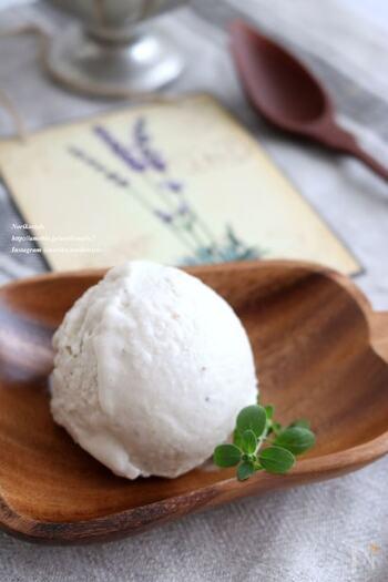 ココナッツミルクとバナナを使った南国気分のアイスクリーム。こちらのレシピでは、生クリームを入れてさらに濃厚に楽しみます。夏の日にはついつい食べ過ぎてしまうアイスクリームですが、砂糖不使用のヘルシーアイスなら罪悪感もなく食べられそうです♪