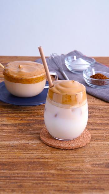 韓国で話題のダルゴナコーヒー。ダルゴナとは、韓国語でカラメル焼きという意味だとか。材料もシンプルでふんわり泡立てるだけなので、おうちでも作れます。