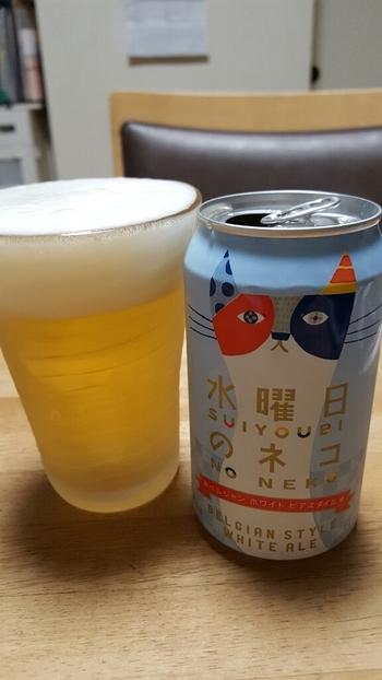 苦みの少ないクラフトビールを探している方は「水曜日のネコ」がおすすめ。酵母が生み出す青りんごのようなフルーティーな香りと、オレンジピールとコリアンダーシードの爽やかな香りが特徴です。すっきりとした味わいは、お風呂上りの1杯にもよさそうですね。