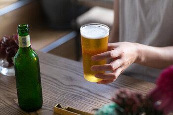 手作りのガラス工場の「松徳硝子」が作るうすはりタンブラーは、飲むときの口当たりが魅力です。こちらのLサイズは満水容量が約375ccなので、ビールを注ぐのにちょうど良いんですよ。職人技が光る手作りのタンブラーで、毎日のビールタイムをより充実させましょう。