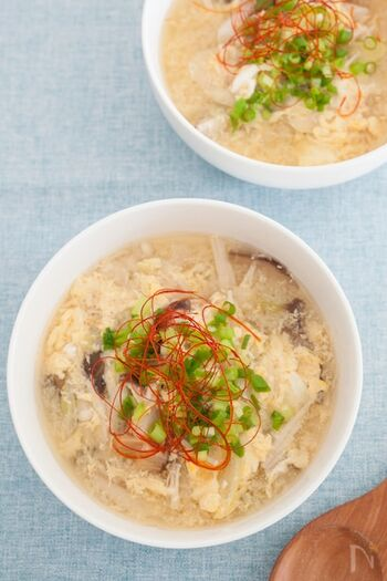 キノコの旨味を卵で閉じ込めた減塩スープ。椎茸の戻し汁を使うのもポイントになります。いつもより薄味で作り、片栗粉でとろみを出して満足感を得ましょう。