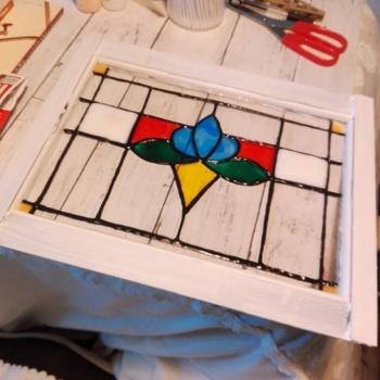 しっかりと乾かしたら、フォトフレームに入れて完成です!フォトフレームはアクリル絵の具で、こんなふうに好きな色に塗っても素敵ですね。