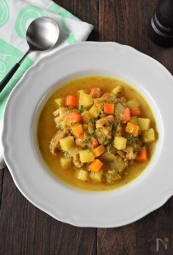 ゴロゴロ具沢山のカレースープです。  スープも塩分が高いのでは?という印象を持たれる方も多いと思いますが、スパイスを使うことで塩分量をグッと抑えることができます。そして具沢山にすることで満腹感も得られスープの分量も少なくすみます。