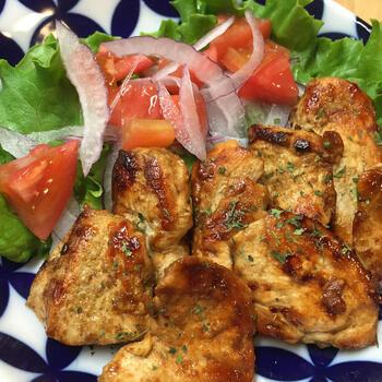 しっかりとスパイスを効かせることで、塩はなんと小さじ1/4のみ。使用するお肉も鶏のむね肉なのでダイエット中の方にもオススメのレシピです。