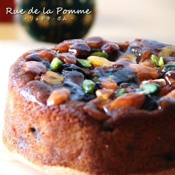 素材にこだわった完全無添加のケーキには、ラム酒にしっかり漬け込んだラムレーズンやドライフルーツが所狭しと散りばめられています。美容の味方であるナッツも添えて、香り高く仕上げられた逸品です。