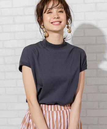 シンプルなチャコールグレーのハイネックコットンTシャツですが、ウッド素材の大ぶりイヤリングを身につければ、大人可愛い素敵な雰囲気に♪オレンジ系のアイシャドウ、チーク、リップでメイクを仕上げ、髪を無造作にまとめれば、印象的なのに優しげな表情に映ります。
