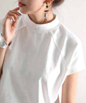 フレンチラグランがオシャレな白のTシャツは、レフ版効果もあるので、くすみがちな肌をより明るく白く見せてくれます。デザイン性のあるイヤリングやピアス、大ぶりブレスレット、グレーのネイル、赤みが強めのルージュなど、トップス以外で自分らしい遊びも取り入れてみてください。