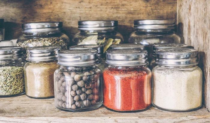 人気のカレー粉やガラムマサラ、唐辛子、山椒、胡椒などの「スパイス」を使うことで、塩味の代わりとして、味にアクセントをつけることができます。香りも良く、食べた際に満足感を得ることもできますよ。