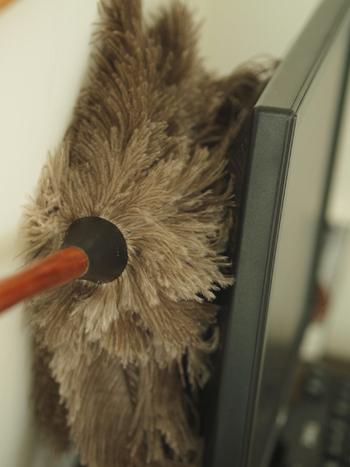 パソコンや家電、コンセントの周辺も大きなホコリスポット。コンセントにホコリが溜まったままにしておくと、漏電の原因にもなってしまうので、こまめにお掃除してあげましょう!