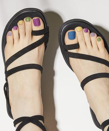 まず、お気に入りのネイルカラーを数本用意しましょう。同じ色が隣同士にならないよう塗り分ければ、カラフルでポップな夏らしい足元に!