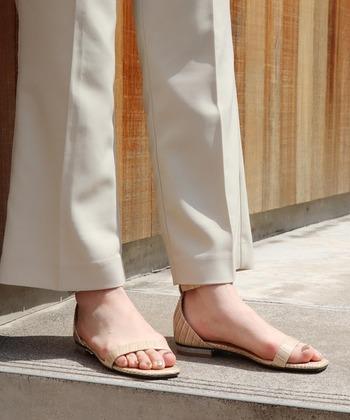 シルバーのラメのネイルは、あまりラメの粒が大きくないので大人っぽい雰囲気に仕上がります。ヌーディーなサンダルや洋服にも主張せず調和します。