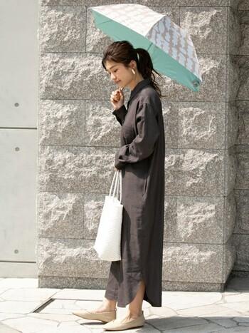 リネンのシャツワンピースで涼しく、かつロング丈の袖と裾で露出を少なく。シックな色をメインに使っているので、日傘やバッグは明るいカラーで清涼感を。