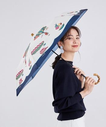 スカーフ柄デザインがお洒落な晴雨兼用折りたたみ傘。モノトーンになりがちなファッションの日にも、華を添えてくれます。取っ手付きの付属の袋があるので、濡れたときはそちらに入れて持ち歩くことも可能です。