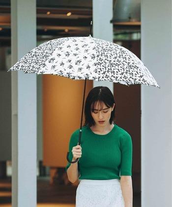 トレンド感満点の小花柄。モノトーンの花柄なので、大人っぽい雰囲気も感じさせます。晴れの日も雨の日も清々しい気持ちにさせてくれる、晴雨兼用傘。