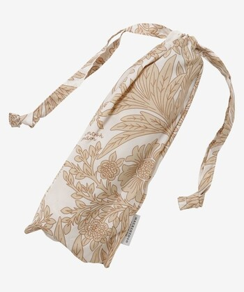 可愛い巾着型のカバーが付いた折りたたみ傘。防水加工と紫外線カット加工がされているので、年間通してお出かけのお供にぴったりです。また、約130gと軽量なので長時間の外出にもおすすめです。
