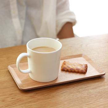 ナチュラルで使いやすい、ベーシックなトレイです。四角形という形にこだわり、ティーセットをレイアウトしたときにカフェのような雰囲気を演出してくれます。  コンパクトなトレイにひとり分のカップとお菓子を置くだけで、おしゃれなカフェメニューに。