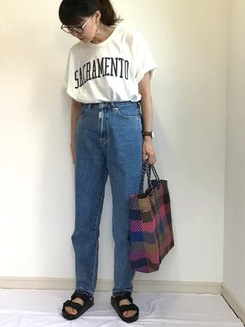 Tシャツ+デニムのラフなコーデは黒サンダルがぴったり!シンプルなコーデだからこそ、デニムにTシャツをinしてコーデにメリハリを。マルシェバッグで色味もプラス。