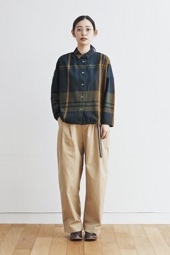 ベージュのワイドパンツに、チェック柄のシャツを合わせたボーイッシュな秋冬コーデです。ウエストラインからさりげなく垂らしたベルトが、こなれ感をプラスしています。足元もメンズライクなシューズをチョイスして、とことんクールな雰囲気に。