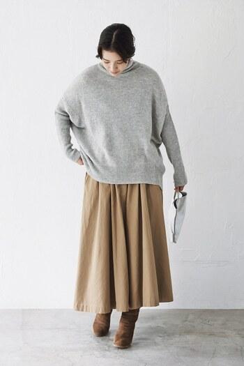 スカートっぽく見えるベージュのワイドパンツに、グレーのニットトップスとブーツを合わせた冬コーデ。ほっこりと温かい雰囲気で、大人のナチュラルコーデにぴったりな組み合わせですね♪