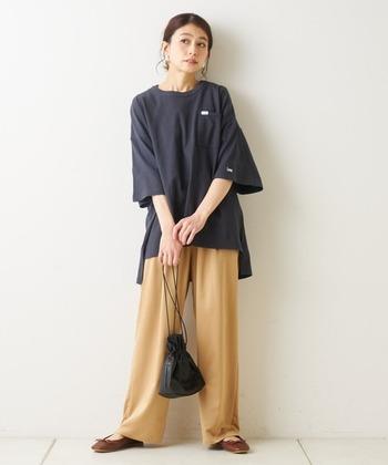 サテン素材のベージュワイドパンツは、穿くだけでこなれ感がアップする優秀アイテム。フェミニンなブラウスなどのアイテムも合いますが、あえてカジュアルなビッグシルエットのTシャツでカジュアルにまとめても素敵です。カジュアルなのに女性らしい、トレンド感のあるコーデが叶います。