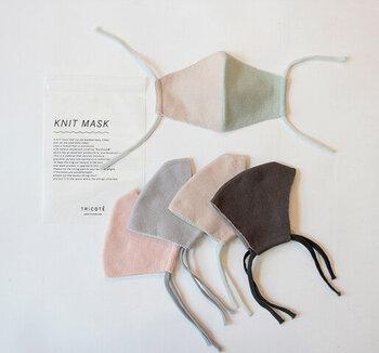 TRICOTÉ(トリコテ) 「ニットの温かさをもっと日常に」というコンセプトのもと、ニットの生地開発からテキスタイルデザインまで、オリジナルのものづくりにこだわり、全てのアイテムを国内で生産しているTRICOTÉから肌の色や洋服に合わやすいニットで編み上げたファッションマスクが登場。 カラーバリエーションも豊富で、サイズもメンズ用とレディース用をご用意。 どれも肌馴染みのいい柔らかい色味なので、ファッションやオケージョンを選ばず着用できそう。 素材は、天然系デオドラント加工「ロンフレッシュ®」が施された糸を使用しており、優れた抗菌防臭効果を発揮するそう。吸湿・速乾性に優れ、快適な付け心地を維持することができる素材が嬉しいです。