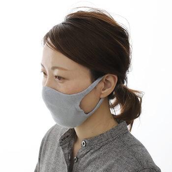 ホールガーメントと呼ばれる技術で立体的に編み上げた無縫製のニット生地。 縫い目がないので、顔の凹凸にもぴったりフィット。