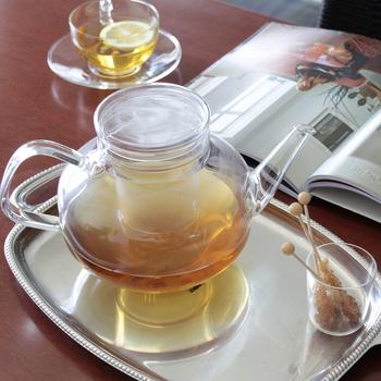 よく知られているのが、紅茶のように、レモンと、お砂糖(またはハチミツ)を加えて飲みやすくするアレンジ。冷やして、アイスティーとしていただいても美味しいですよ。