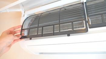 エアコンの中やフィルターに汚れが溜まりやすいのはご存知の通り。 梅雨の湿気と温度が重なると、カビの温床になります。  さらに、エアコンは空気を吹き出すため、エアコン内が清潔でないとカビ菌をまき散らし体調不良の原因になったり、カビの胞子が家中に広がめることとなり、いわば「カビの種」を撒くことにもつながります。  梅雨に入る前にしっかりフィルターを洗って乾燥させましょう。