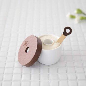 合成界面活性剤、鉱物油、パラベンなどといった肌に負担がかかる成分は一切排除し、無添加にこだわって作られた洗顔せっけん。生ハーブエキスなどの美容液を液体化する限界まで配合しているため、バターのように柔らかいテクスチャーが特徴です。泡立ちがよく、まるでホイップクリームのようなもこもこの泡が簡単に作れますよ。フワフワな泡が肌を守りながらしっかり汚れをからめとってくれます。