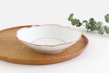 日本屈指の焼き物の産地である長崎県の波佐見焼のもの。普段使いにおすすめな使いやすいサイズ感の深皿なので、毎日の食卓には欠かせない一枚になるはず。