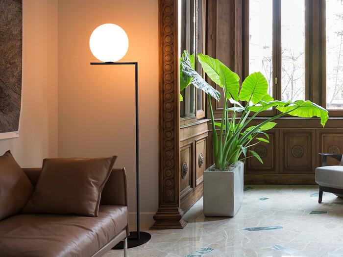 ころんと丸い乳白色の丸いライトが、細い棒の上にちょこんと乗った「IC Lights(アイシーライツ)」。シンプルながらも目を引くアンバランスなデザインが魅力です。