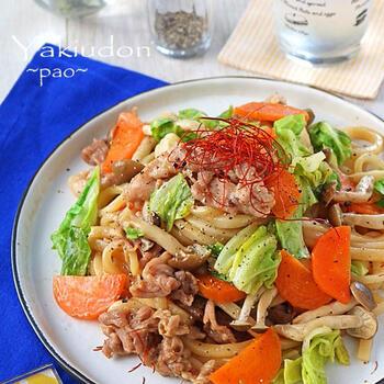 レンジだけで作る、焼かない焼きうどんのレシピです。オイスターソースや鶏がらスープの中華風な味つけは、コクのあるしっかり味でおつまみにもぴったり。