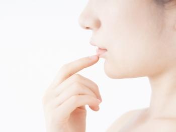 たるみ毛穴とは、年齢と共にハリがなくなった肌が重力でたるみ、毛穴が涙形に伸びてしまった状態のこと。蓄積された紫外線からのダメージや、年齢と共に減少するコラーゲンなどの減少や乾燥が原因とされています。主に頬の鼻に近いエリアで目立つ事が多いようです。
