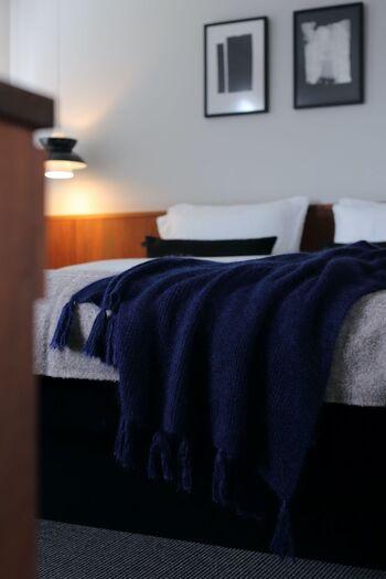 """ベッド周りのホコリ掃除には""""ながら掃除""""がおすすめ。布団を整えながらベッドボードのホコリを落としたりベッドの下のホコリを取ってしまえば、ささっと済ませることができますよ。"""