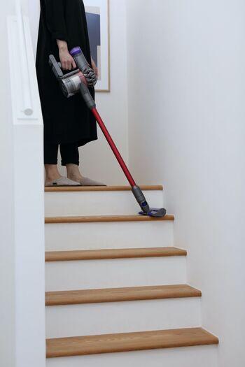 ホコリは上から下へと落ちるため、高いところからお掃除を始めるのが鉄則!壁や棚にも静電気でホコリが溜まっているので、モップやハタキで落としてから、床のお掃除を行いましょう。