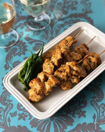 シシュ・ケバブは串焼きにした焼き肉のこと。ヨーグルト効果でしっとりと焼き上がります。日本の焼き鳥とは違った異国の美味しさが楽しめます。
