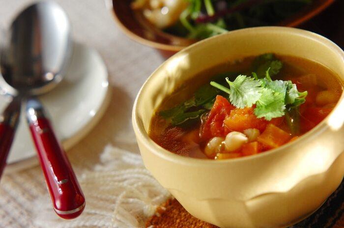 ひよこ豆と野菜を使ったモロッコのスープは「ハリラ」と呼ばれ、日本の味噌汁のような日常食です。コトコト煮込むほどに立ち昇るスパイスの香りが食欲をそそります。