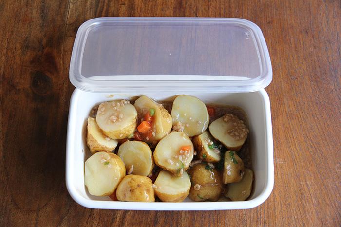 深型のMサイズは常備菜の作り置きにぴったり。適度な深さがあるから、ちょっと汁気のあるおかずでも安心して保存できます。