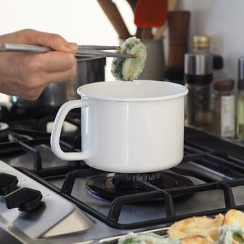 丸型のLサイズは1.5L入り、Sサイズよりずんぐりとしたシルエットです。スープなどの温めなおしも取っ手が付いているから、小鍋感覚で使えます。揚げ物などの調理にも活躍してくれる頼もしさもあります。