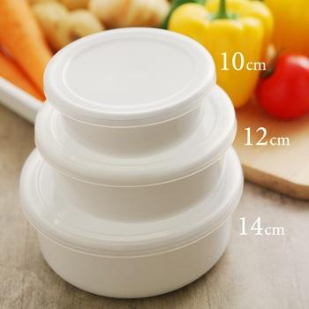 2cm刻みでサイズ展開しているラウンド型は、保存容器としてもお皿としても使えるデザインです。10cmは小鉢感覚でお漬物などの保存に丁度いい。 12cmはお惣菜を入れたり、540mlの要領があるので女性のお弁当箱として使っても。 14cmは容量800mlあるので、様々なお惣菜を取って置いたり、男性用のお弁当箱としても活躍してくれそうです。